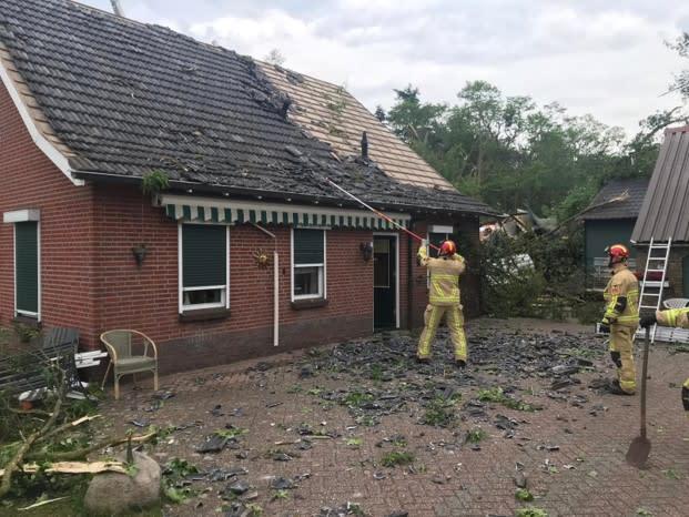 In het noorden en in Twente en de Achterhoek kwam het op veel plaatsen tot valwindschade. Maar niet in Haaksbergen! Daar trok tornado nummer 8 over. Bron: Brandweer Haaksbergen.