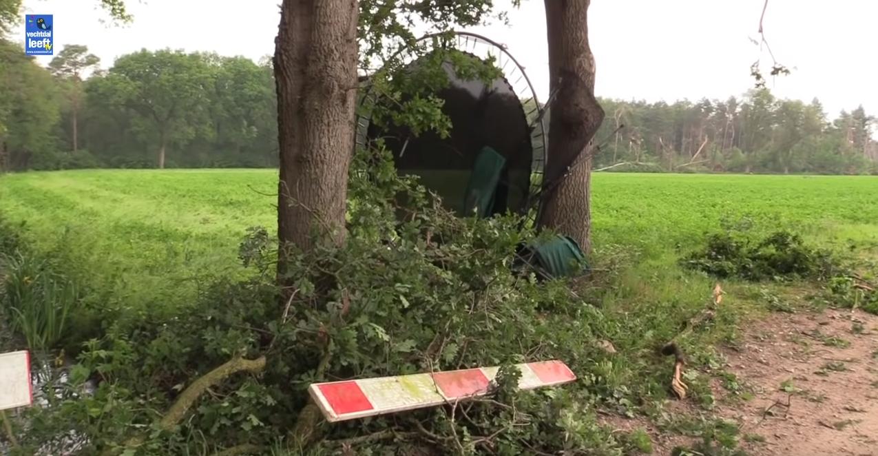 Een nieuwe tornado veroorzaakt grote schade in Ommen. Zie ook de bosrand op de achtergrond. Bron: Vechtdal Leeft, Youtube.