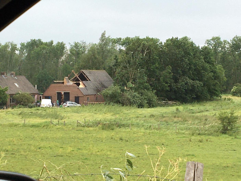 Foto gemaakt door Bas van de Beek - Leersum - Een boerderij  met flinke schade bij A.