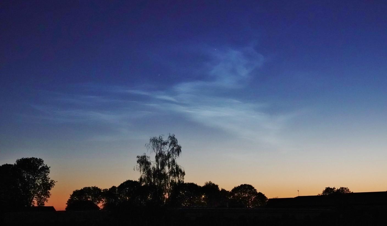 Foto gemaakt door Ton Wesselius - Oude Wetering - Lichtende nachtwolken in de buurt van Oude Wetering.